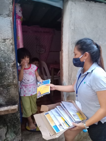 SSU-COEd distributes 400 'FUN-Aradman Kaupod hi iSSUy' to Brgy. Guindapunan for free